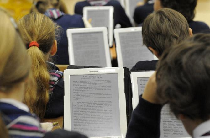 В московских школах начались занятия по электронным учебникам